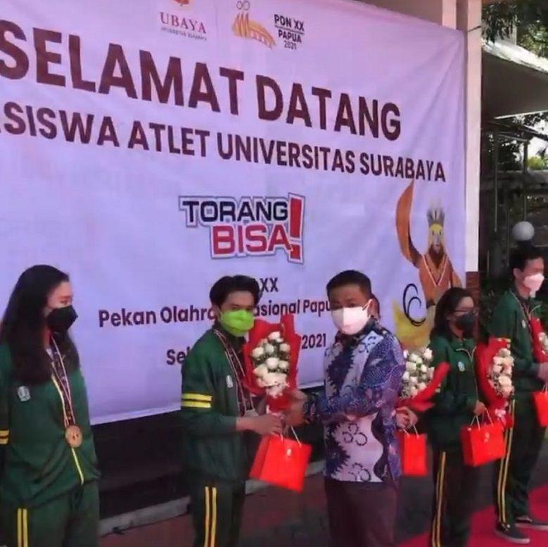 Dr Benny Lianto, Rektor Ubaya memberikan apresiasi kepada mahasiswa yang meraih medali di ajang PON XX Papua saat acara penyambutan di kampus setempat, Selasa (19/10/2021)./tugu jatim