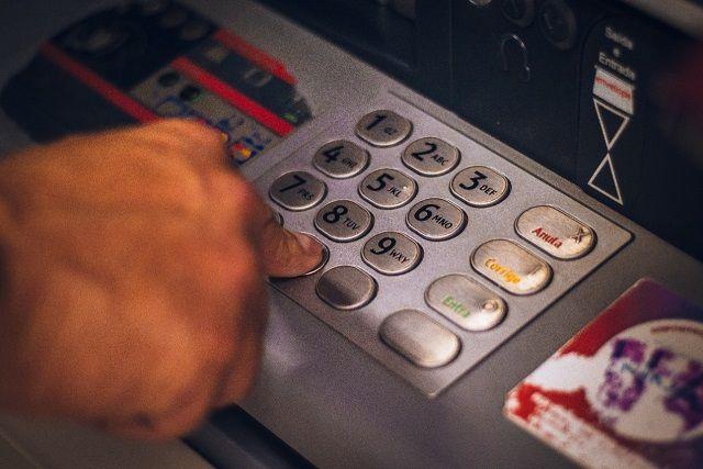 Ilustrasi saat melakukan transaksi di mesin ATM/tugu jatim