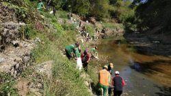 Kegiatan bersih-bersih sampah di sungai yang ada di Desa Batokan, Kecamatan Kasiman, Bojonegoro (Foto: istimewa) tugu jatim dlh bojonegoro