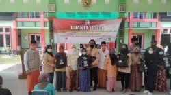 Pemkab Bojonegoro membagikan sembako di Kecamatan Tambakrejo untuk memperingati Hari Jadi Bojonegoro (HJB) ke-344. (Foto: Istimewa/Tugu Jatim)