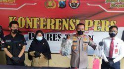Kapolres Tuban, AKBP Darman saat merilis kasus penganiayaan berujung kematian di Mapolres Tuban, Senin (18/10/2021). (Foto: Moch Abdurrochim/Tugu Jatim) pembunuhan cekcok teman bunuh teman