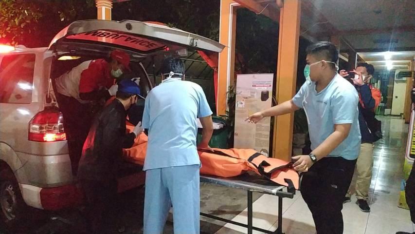 Jenazah korban dibawa ke ruang forensik RSSA Malang. (Foto: M Sholeh/Tugu Malang/Tugu Jatim) cekcok sabetkan pisau ke pasangan lalu bunuh diri