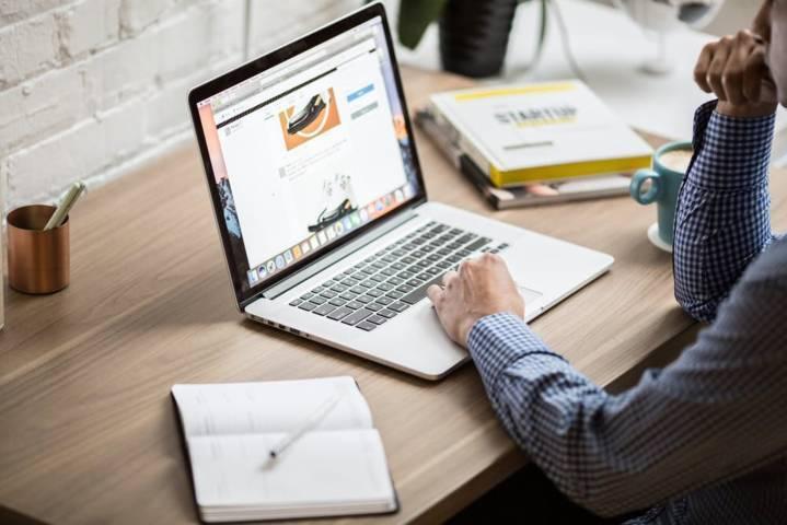 Ilustrasi kerja dari rumah di depan laptop yang kerap menyebabkan Computer Vision Syndrome. (Foto: Pexels) tugu jatim