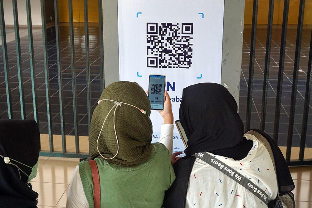 Pengunjung GOR Jayabaya Kota Kediri harus melakukan scan terlebih dulu sebelum memasuki gedung. (Foto: Dokumen/Tugu Jatim)