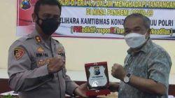 Kapolres Madiun Kota AKBP Dewa Putu Eka Darmawan memberikan cenderamata kepada Pakar Komunikasi dan Motivator Nasional Dr Aqua Dwipayana. (Foto: Dokumen/Tugu Jatim)