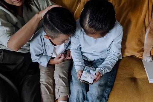 Ilustrasi orang tua mendampingi anak mengakses gadget/tugu jatim