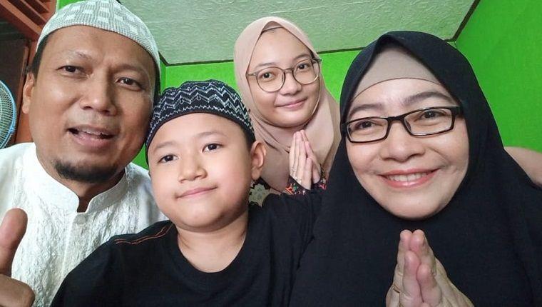 Trilis Agung Rudy Hermawan, bersama keluarga/tugu jatim