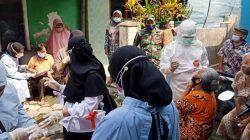 Koramil Sukun Kota Malang tampak mendampingi nakes saat melakukan 3T kepada warga. (Foto: Rubianto/Tugu Malang/Tugu Jatim)