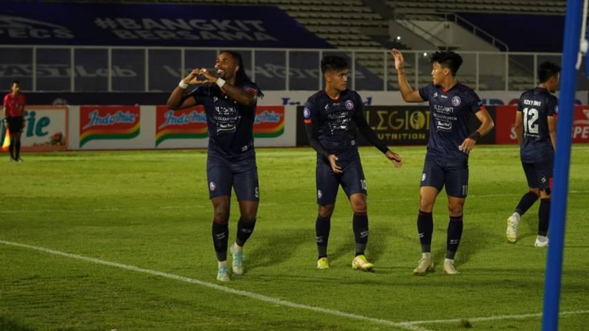 Pemain Arema FC, Carlos Fortes (kiri) saat melakukan selebrasi usai mencetak gol ke gawang Persela Lamongan, Minggu (3/10/2021). (Foto: Media Officer Arema FC) tugu jatim