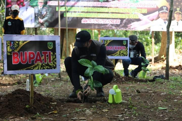 Bupati Tuban Aditya Halindra Faridzy saat menanam pohon di di area Makam Mbah Singonegoro Hutan Lindung Petak 104 Desa Jetak Montong, Sabtu (23/10/2021). (Foto: Diskominfo Tuban) tugu jatim