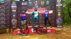Atlet ISSI Kota Batu, Andhien Rahmadhani sukses memboyong pulang medali emas dari ajang Kejurprov Jatim 2021 di C1000 Bike Park, Magetan. (Foto: KONI Kota Batu) tugu jatim atlet sepeda kota batu