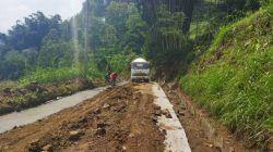 Akses jalan ke wisata Paralayang via Desa Brau dan Gunungsari di Kota Batu yang mulai diperbaiki. (Foto: M Ulul Azmy/Tugu Malang/Tugu Jatim)