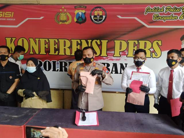Kapolres Tuban AKBP Darman saat melakukan konferensi pers di Mapolres Tuban, Senin (19/10/2021). (Foto: Moch Abdurrochim/Tugu Jatim) judi online