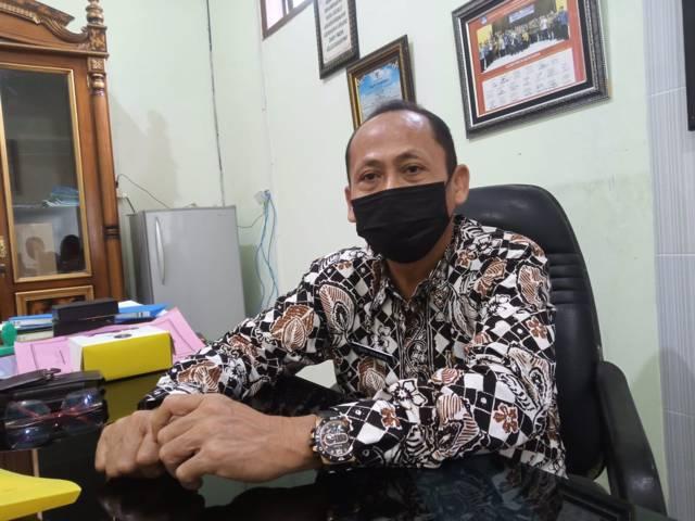 Kepala Dinas pendidikan Tuban, Nur Khamid saat ditemui di ruang kerjanya. (Foto: Moch Abdurrochim/Tugu Jatim)