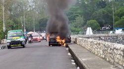 Suasana kebakaran mobil di Bendungan Karangkates, Kecamatan Sumberpucung, Kabupaten Malang, Minggu (3/10/2021) siang. (Foto: Damkar Kabupaten Malang) kebakaran mobil mobil terbakar tugu jatim