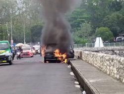 Mobil Terbakar di Bendungan Karangkates Malang, 4 Mobil Damkar Dikerahkan