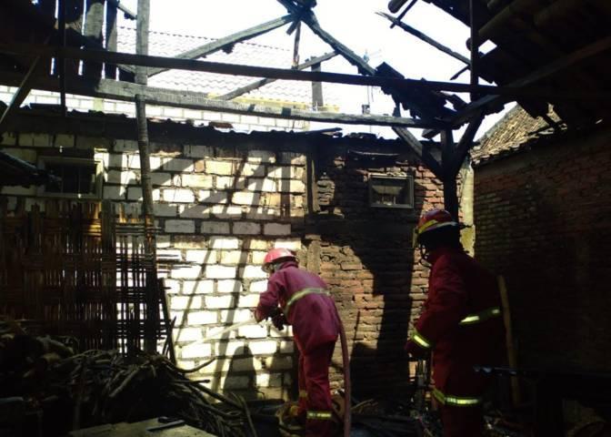 Kondisi dapur rumah milik Madrim warga Desa Bandajaran RT 11/RW 03, Kecamatan Baureno, Kabupaten Bojonegoro yang mengalami kebakaran akibat pemkaran jerami, Senin (11/10/2021). (Foto: Damkar Bojonegoro) kebakaran tugu jatim