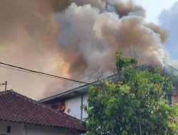 Kepulan asap akibat kebakaran di Kota Malang tampak membubung tinggi. (Foto: Dokumen warga) tugu jatim