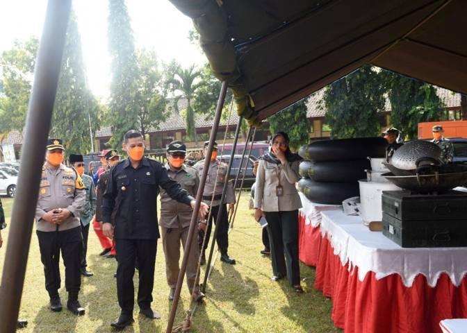 Wali Kota Kediri Abdullah Abu Bakar didampingi Forkopimda Kota Kediri saat meninjau peralatan dan perlengkapan untuk hadapi bencana, Senin (25/10/2021). (Foto: Pemkot Kediri) tugu jatim