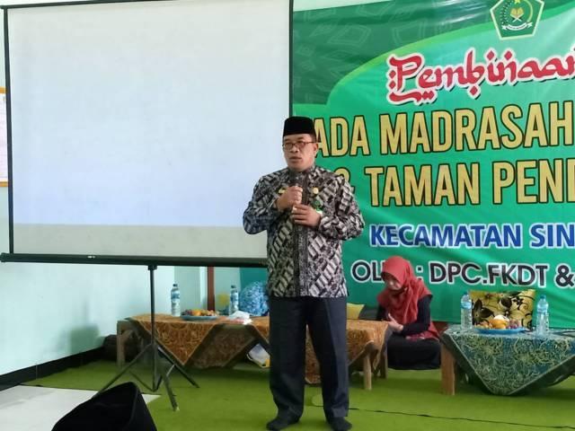 Kepala Kemenag Tuban, Sahid memberikan pembinaan terhadap 144 penyelenggara Madrasah Diniyah Takmiliyah dan Taman Pendidikan Al-Qur'an wilayah kecamatan Singgahan dan Parengan, Jumat (8/10/2021). (Foto: Humas Kemenag Tuban) tugu jatim