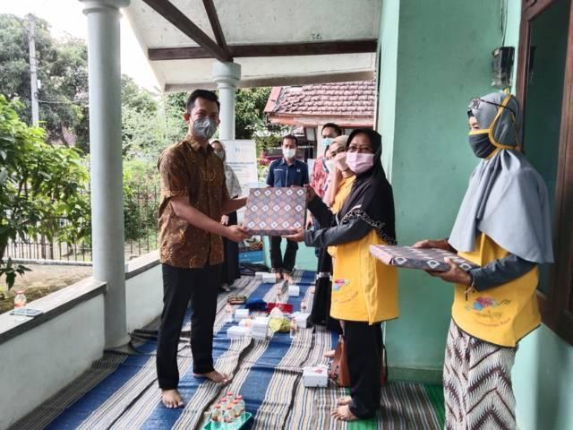 PT Paragon Technology and Innovation dan Human Initiative saat mengunjungi 'markas' Komunitas Rajut Nenjap di Kepanjen, Kabupaten Malang, Jumat (8/10/2021). (Foto: Rizal Adhi/Tugu Malang/Tugu Jatim)