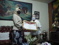 Maestro Batik Lina Santoso Terima Penghargaan dari Wali Kota Batu