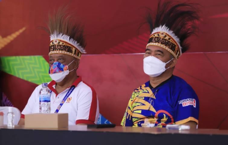 Ketua Umum KONI Pusat Letjen TNI Purn Marciano Norman (kiri) dan Menko PMK Muhadjir Effendi. (Foto: Dokumen) tugu jatim