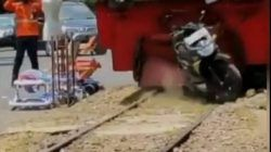 Sebuah video sepeda motor yang terparkir sembarangan di atas rel di Kota Malang digilas oleh kereta api yang lewat. (Foto: Dokumen) tugu jatim