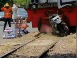 Kereta Api di Malang Gilas Motor yang Parkir Sembarangan di Tengah Rel