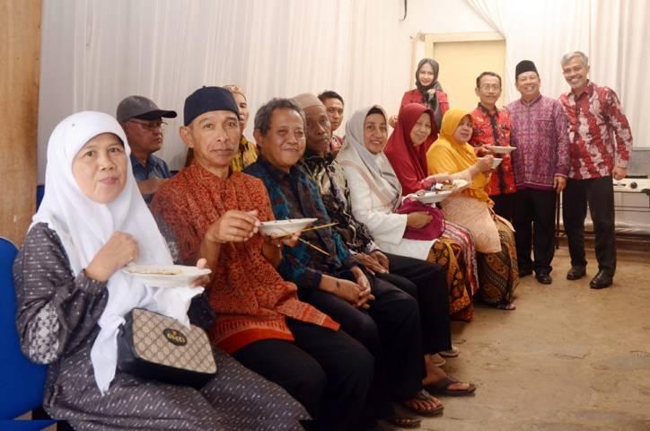 Jamaah umrah POS I bersilaturahim menghadiri syukuran pernikahan Nurul Lutfi-Alef Mufidah di Wajak, Kabupaten Malang, Jawa Timur, 28 Juli 2019. (Foto: Dokumen) tugu jatim