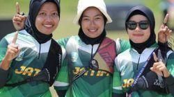 Dari kiri, Wika Asnunik, Bunga Ardila, dan Ayu mareta usai berlaga melawan tim beregu DIY Yogyakarta di ajang PON XX Papua, Sabtu (9/10/2021) lalu. (Foto: Dokumen/KONI Tuban) tugu jatim panahan jatim
