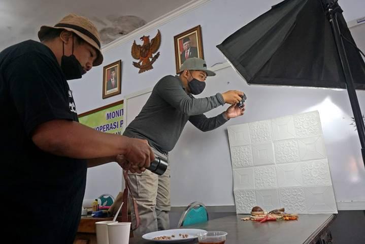 Pemkot Kediri memberikan fasilitas foto produk gratis bagi para UMKM Kota Kediri demi memasarkan di dunia pasar digital. (Foto: Pemkot Kediri) tugu jatim