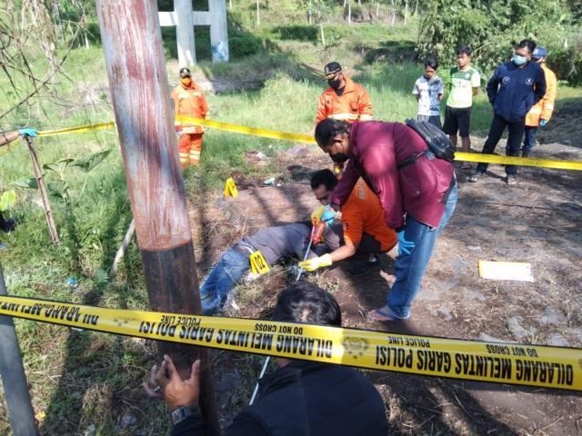 Tim inafis Polres Batu saat olah TKP di TKP temuan mayat di bawah Jembatan Kali Lanang Kota Batu, Senin (25/10/2021). (Foto: Istimewa) tugu jatim