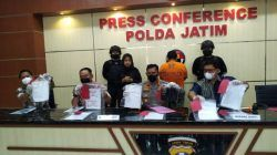 Sesi konferensi pers ungkap kasus penipuan berkedok seleksi Taruna Akpol, Jumat (22/10/2021). (Foto: Dokumen/Polda Jatim) tugu jatim
