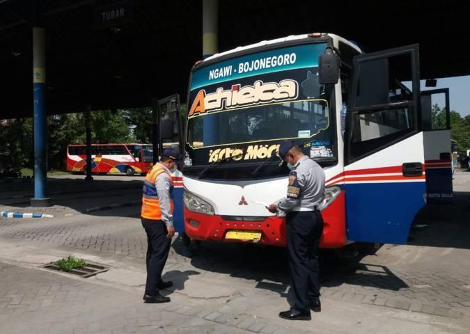 Ram Chek Bus di Terminal Rajekwesi Bojonegoro. (Foto: Mila Arinda/ Tugu Jatim)