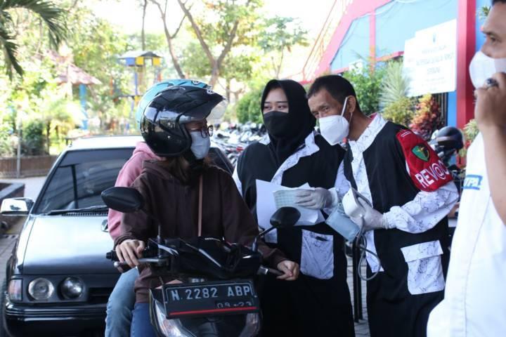Reffanka usai menjalani vaksinasi drive thru yang digelar Polresta Malang Kota di halaman Stadion Gajayana, Rabu (13/10/2021). (Foto: Dokumen) tugu jatim gagal vaksin nik ganda