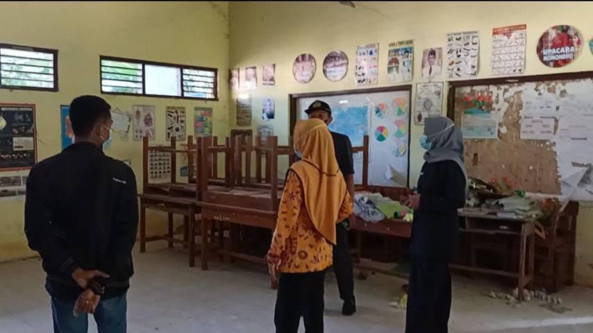 Suasana kelas di SDN Kembangbilo II Kabupaten Tuban yang sunyi dan terbengkalai karena tidak ada aktivitas pembelajaran. (Foto: Moch Abdurrochim/Tugu Jatim)