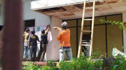 Juru sita Pengadilan Agama Malang saat eksekusi riil (pengosongan) sebuah rumah senilai Rp 1,9 miliar hasil sengketa waris di Kota Batu, Jumat (1/10/2021). (Foto: M Ulul Azmy/Tugu Malang/Tugu Jatim)