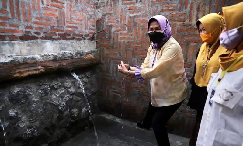 Wali Kota Batu, Dewanti Rumpoko saat mengunjungi sumber mata air baru benama Rembyung di Dusun Krajan, Bumiaji Kota Batu. (Foto: Prokopim KWB) sumber mata air baru kota batu