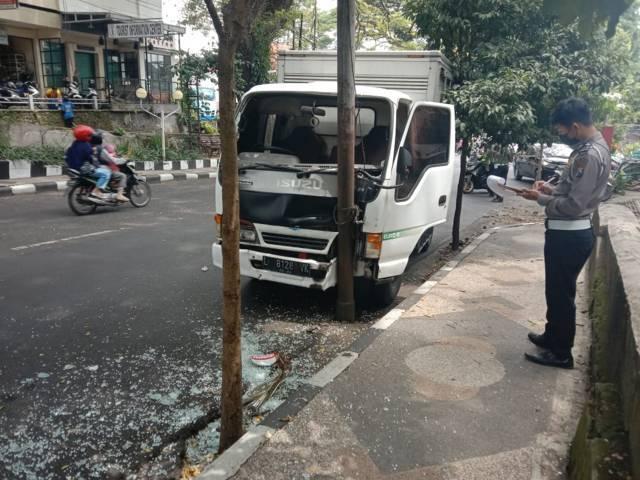 Mobil boks yang menabrak tiang listrik di Jalan Majapahit Kota Malang. (Foto: M Sholeh/Tugu Malang/Tugu Jatim)