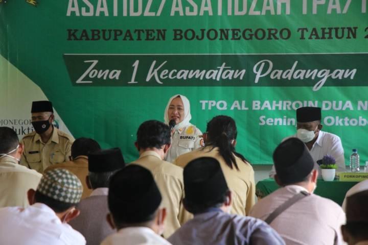 Bupati Bojonegoro, Anna Muawanah dalam Pembinaan ustaz/ ustazah TPA/TPQ Zona 1 se-Kecamatan Padangan, Senin (11/10/2021). (Foto: Pemkab Bojonegoro) tugu jatim pemkab bojonegoro
