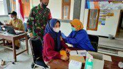 Proses vaksinasi yang dilakukan bidan desa di Balai Desa Pakel, Kecamatan Montong, Kabupaten Tuban. (Foto: Kodim 0811 Tuban) tugu jatim
