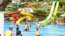Sejumlah pengunjung, termasuk anak-anak sudah menikmati wahana wisata air di Taman Rekreasi Selecta, Selasa (20/10/2021). (Foto: M Ulul Azmy/Tugu Malang/Tugu Jatim)