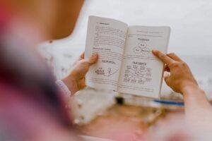 orang membaca buku