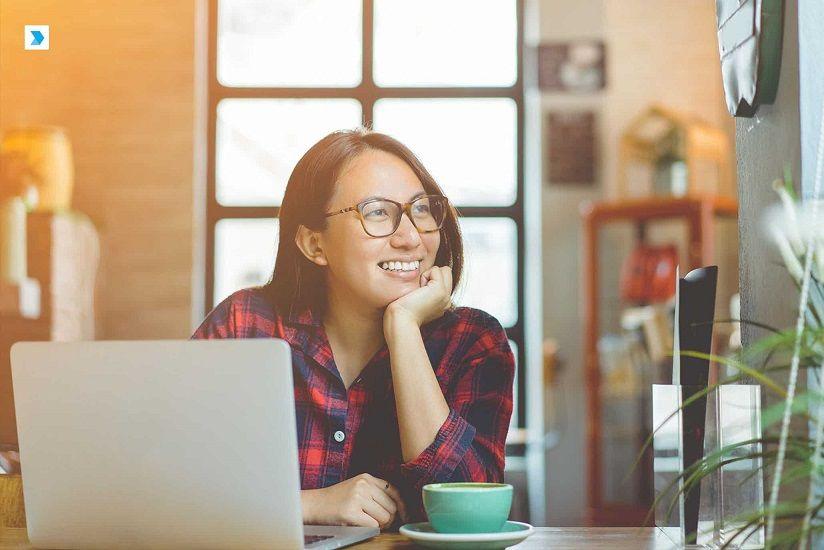 ilustrasi perempuan di depan laptop, personal branding