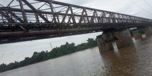 Jembatan bernama Cincin Lawas ini masih banyak digunakan warga sekitar, utamanya akses tercepat ke Pasar Babat, Lamongan. (Foto: Agus Setiawan/Tugu Jatim)