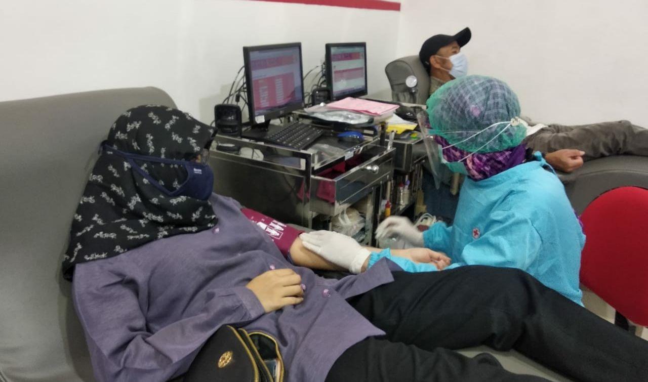 Salah seorang pendonor di PMI Kota Malang dalam Gerakan 1000 Kantong Darah, Jumat (11/12). (Foto: AZM/Tugu Malang/Tugu Jatim)