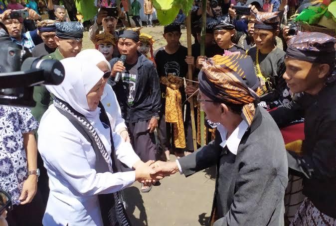 Suku Samin ketika menerima kunjungan dari Gubernur Jawa Timur, Khofifah Indar Parawansa. (Foto: Dokumen/Kominfo Jatim)